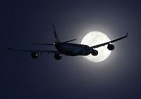 BOGOTA-COLOMBIA-01-11-2012.Un avión comercial pasa frente a la luna  . An comercial  airplane crossing in front of the moon.Photo: VizzorImage/Felipe Caicedo