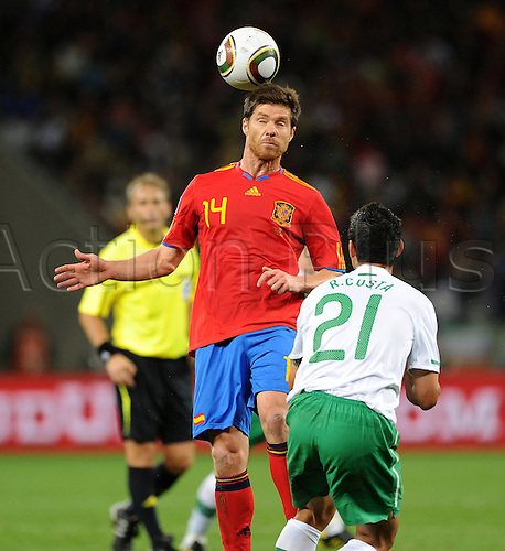 29 06 2010 FIFA World Cup, Spain v Portugal, Green Point stadium in Cape Town South Africa. June 29, 2010..XABI ALONSO (li, Spanien) gegen RICARDO COSTA (re, Portugal) .