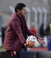 LA PAZ- BOLIVIA, 20-02-2020: Eduardo Villegas, técnico de Club Always Ready durante partido entre Club Always Ready (BOL) y Millonarios (COL) por la Copa Conmebol Sudamericana 2020, jugado en el estadio Hernando Siles de la ciudad de La Paz. / Eduardo Villegas, coach of Club Always Ready during a match between Club Always Ready (BOL) and Millonarios (COL), for the Copa Conmebol Sudamericana 2020 at the Hernando Siles stadium in La Paz city. / Photo: VizzorImage / Daniel Miranda / Agencia de Prensa Grafica / Cont.
