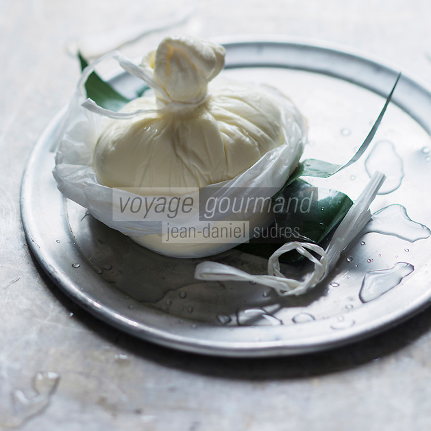 Europe/Italie/La Pouille/Corato: Burrata di Corato , Pouilles   La burrata est un fromage italien semblable à une mozzarella, avec un cœur crémeux, originaire des Pouilles.  // Europe/Italie/Puglia/Corato:  Burrata is a fresh Italian cheese, made from mozzarella and cream. - Stylisme : Valérie LHOMME