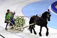 SCHAATSEN: HEERENVEEN: IJsstadion Thialf, 13-01-2013, Seizoen 2012-2013, Essent ISU EK allround, Europees kampioen 2013, Ireen Wüst (NED) maakt haar ereronde met de arreslee met Fries paard, ©foto Martin de Jong