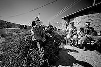Dans ce village Kurde de la périphérie de Mardin, vivent 8 soldats turques chargés d'encadrer la population. Parmi les habitants, comme dans tous les villages kurdes, proches des villes, qui n'ont pas été rasé pendant la guerre civile, l'Etat turc a engagé une milice. Son rôle est d'empêcher les villageois de participer à la rebellion avec le PKK. Les hommes doivent être volontaires et reçoivent une solde. Souvent, l'armée n'a pas laissé le choix aux hommes, c'était soit la mort, soit l'exil, soit l'obéissance avec la milice. Miliciens, habitants et soldats cohabitent. Certains considèrent les autres comme des traitres. Un enfant du village est mort sous les balles de l'armée turque il y a quelques années lors d'une manifestation étudiante à Diyarbakir. Malgré la milice, le village vote BDP, c'est à dire le parti Kurde. Ce qui les inquiète c'est l'absence d'emploi pour les jeunes qui vivotent entre les travaux des champs et les chantiers de constructions de la ville nouvelle toute proche.<br /> <br /> In this Kurdish village live eight Turkish soldiers in charge of supporting the population. Among the inhabitants, as in all Kurdish villages close to cities, which have not been destroyed during the civil war, the Turkish state has hired a militia. Its role is to help the villagers to participate in the rebellion with the PKK. Men must be voluntary and receive pay. Often, the army did not leave the choice to the men, it was either death or exile, or obedience to the militia. Militiamen, soldiers and people coexist. Some consider others as traitors. A village child died under the bullets of the Turkish army a few years ago during a student demonstration in Diyarbakir. Despite the militia, the village vote BDP, ie the Kurdish party. Their concern is the lack of jobs for young people who eke out a living from work in the fields and construction sites of new cities.