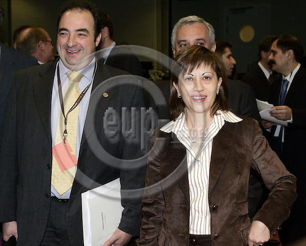 BRUSSELS - BELGIUM - 19 DECEMBER 2006 -- Agriculture EU-Council meeting by the Finnish Presidency. -- Elena ESPINOSA MANGANA (Ri), Minister for Agriculture, Fisheries and Food of Spain, and Gonzalo SÁENZ de SAMANIEGOS (2nd Le), Regional Minister for Agriculture and Fisheries of the Basque Country arriving to the EU-Council meeting. -- PHOTO: JUHA ROININEN / EUP-IMAGES