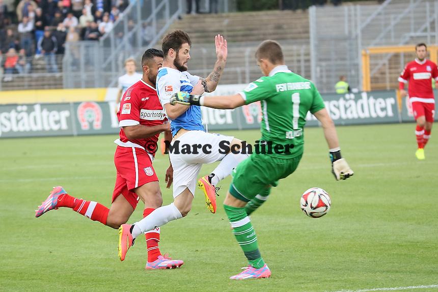 Marcel Heller (SV98) gegen Joan Oumari und Patric Klandt (FSV) - SV Darmstadt 98 vs. FSV Frankfurt, Stadion am Boellenfalltor