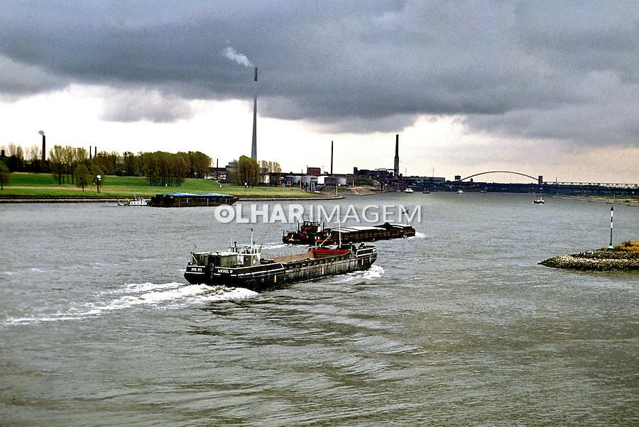 Transporte de cargas no Rio Reno em Colonia. Alemanha. 1992. Foto de Juca Martins.