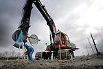 GORINCHEM - In Gorinchem werken medewerkers van consolidatietechnieken-specialist Wicks aan het draineren van de veengrond voor de bouw van nieuwbouwproject Hoog Dalem. Het door de gemeente Gorinchem, AM en Heijmans Vastgoed te ontwikkelen gebied gaat ruimte bieden aan 1400 woningen waarvan de laatste in 2016 klaar moet zijn. Het gebied wordt ingedeeld in vier deelgebieden die door inrichting en architectuur el elk een eigen uitstraling moeten krijgen. Tevens verrijst een voorzieningencluster met ondermeer een winkelcentrum, school, kinderopvang, een kerk en een buurthuis. COPYRIGHT TON BORSBOOM