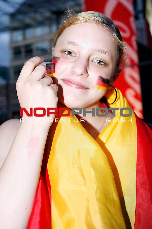 UEFA Euro 2008 Group B Fanmeile Bremen Match 20 <br /> <br /> &divide;sterreich ( AUT ) - Deutschland ( GER ) 0:1 (0:0)<br /> Austria vs. Germany<br /> <br /> Fanmeile und Public Viewing in Bremen.<br /> Eine junge Frau schminkt sich und malt sich die Deutschlandfahne auf die Wangen.<br /> <br /> Foto &copy; nph (  nordphoto  ) *** Local Caption ***