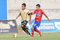 ITAGÜÍ -COLOMBIA-23-06-2013. Un jugador (I) del Itagui disputa el balón con Eder Ruales Pazmiño (D) de Pasto durante partido de los cuadrangulares finales, fecha 3, de la Liga Postobón 2013-1 jugado en el Estadio Metropolitano Ciudad de Itagüi./ Itagui Player (L) fights for the ball with Pasto Eder Ruales Pazmiño (R) during match of the final quadrangular 3th date of Postobon League 2013-1 at Metropolitano stadium in Itagüi city.  Photo:VizzorImage/Luis Ríos/STR