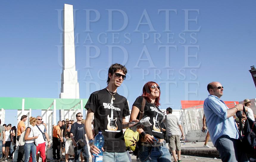Fans di Bruce Springsteen si avviano verso lo stadio Olimpico, Roma, 19 luglio 2009, per assistere al concerto della rockstar statunitense..UPDATE IMAGES PRESS/Riccardo De Luca