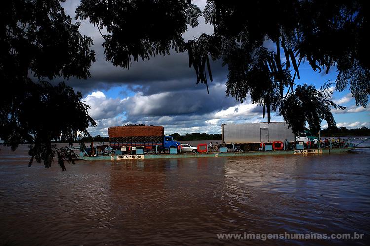 Travessia do Rio São Francisco em Januária, Minas Gerais..Crossing of River São Francisco in Januária, Minas Gerais.