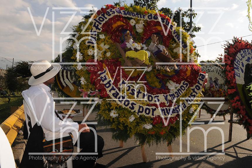 MEDELLÍN - COLOMBIA: El Desfile de Silleteros es el certamen emblemático de la Feria de las Flores que se realiza en la ciudad de Medellín todos los años en el mes de agosto. En este evento se rinde homenaje a aquellos hombres y mujeres que, con su empuje, ingenio y creatividad convierten los gladiolos, crisantemos, lirios, claveles, agapantos, pensamientos, girasoles, orquídeas, y otra gran variedad de flores que cultivan, en verdaderas obras de arte que recorren año tras año las calles de la ciudad. (Foto: VizzorImage / Luis Ríos / Str).  The Silleteros Parade is the competition emblematic in the  Flower Fair to be held in the city of Medellín every year in August. The event honors those men and women who, with their drive, ingenuity and creativity become gladioli, chrysanthemums, lilies, carnations, agapanthus, pansies, sunflowers, orchids, and a wide variety of flowers that grow in real works art every year walking the streets of the city. (Photo: VizzorImage / Luis Rios / Str)...........................