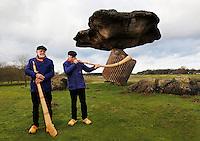 Midwinterhoornbloasgroep Dals'n . Midwinterhoornblazen bij de Zwevende Steen in Dalfsen. Traditie in het Oosten van Nederland. Men blaast op de Midwinterhoorn van de Eerste Advent tot Driekoningen