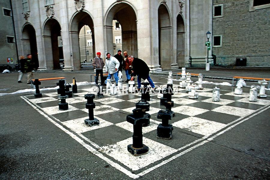 Jogo de xadrez na praça. Salsburgo. Áustria. 2000. Foto de Nair Benedicto.