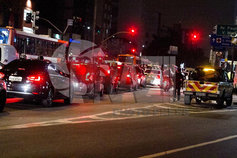 SÃO PAULO, SP, 30.04.2015 - TRÂNSITO/SP - O motorista enfrenta trânsito intenso na Rua da Consolação ambos sentido centro devido manifestação na regiao central da cidade de São Paulo na noite dessa quinta-feira, 30. ( Foto: Kevin David / Brazil Photo Press ).