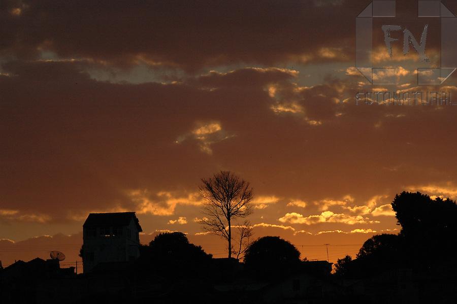 Silhueta de casas e vegeta&ccedil;&atilde;o em Lavras ao entardecer | Silhouette of houses and vegetation in Lavras at dusk<br /> <br /> LOCAL: Lavras, Minas Gerais, Brasil<br /> DATE: 08/2005<br /> &copy;Z&eacute; Zuppani