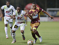 IBAGUÉ -COLOMBIA, 08-08-2015. Andres Ibarguen (Der) del Tolima disputa el balón con Arnold Palacios (Izq) del Huila durante partido válido por la fecha 5 de la Liga Aguila II 2015 jugado en el estadio Metropolitano de Techo de la ciudad de Bogotá./ Tolima Player Andres Ibarguen (R) fights for the ball with Huila player Arnold Palacios (L) during match valid for the 5th date of the Aguila League II 2015 played at Metropolitano de Techo stadium in Bogota city. Photo: VizzorImage / Gabriel Aponte / Staff