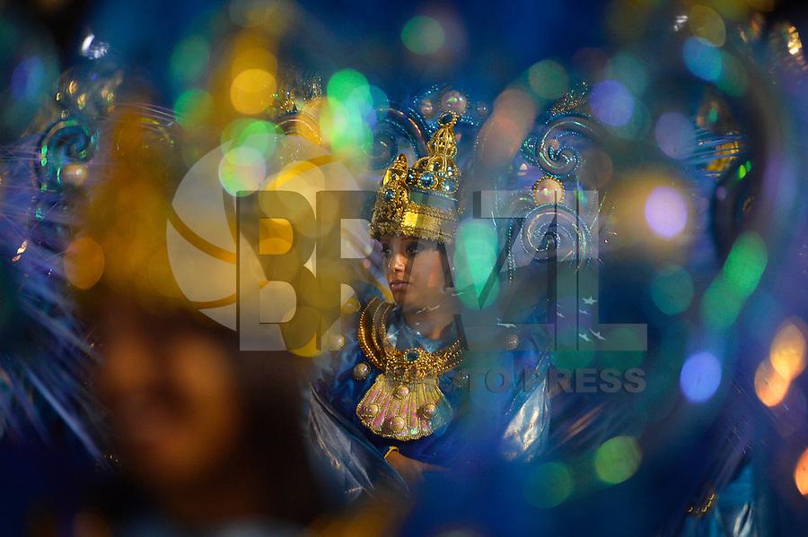 SÃO PAULO, SP, 16.02.2015, CARNAVAL 2015 - SÃO PAULO - GRUPO DE ACESSO / PÉROLA NEGRA: Integrantes da escola de samba Pérola Negra, durante desfile do grupo de acesso do Carnaval de São Paulo, na madrugada desta segunda feira, 16. (Foto: Levi Bianco / Brazil Photo Press).