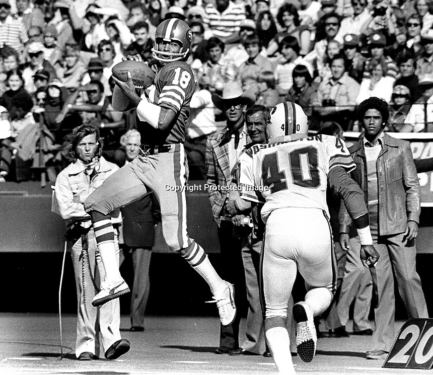 San Francisco 49ers Gene Washington grabs pass against the Tampa Bay Bucs. (1977 photo/Ron Riesterer)