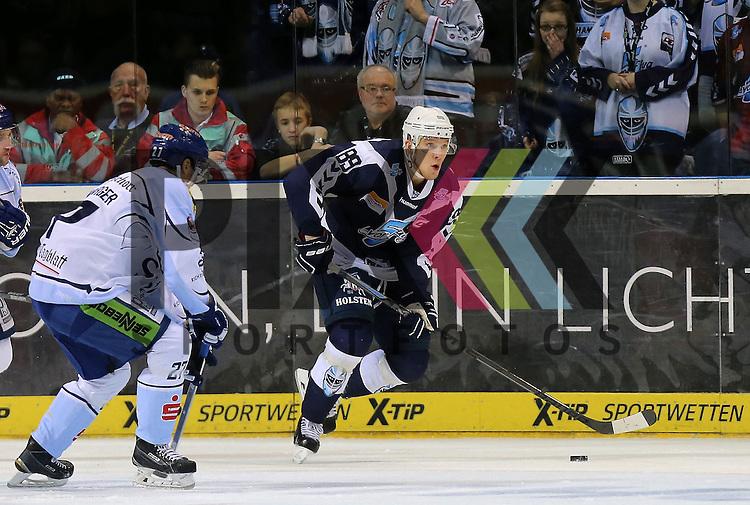 Eishockey DEL 2015 / 16 - 13.12.2015 26. Spieltag Hamburg Freezers vs. Straubing Tigers<br /> Foto: v.l. Sandro Schoenberger (Straubing), David Wolf (Hamburg) <br /> <br /> <br /> <br /> Foto &copy; PIX-Sportfotos *** Foto ist honorarpflichtig! *** Auf Anfrage in hoeherer Qualitaet/Aufloesung. Belegexemplar erbeten. Veroeffentlichung ausschliesslich fuer journalistisch-publizistische Zwecke. For editorial use only.