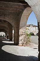Europe/France/Midi-Pyrénées/32/Gers/Saint-Clar:  Arcades de la Place de la République