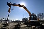 ZOETERMEER - In Zoetermeer brengen medewerkers van Viadrain drainagebuizen aan in de bodem van de te verlengen en vernieuwen Australiëweg. Deze rondweg sluit in het oosten aan op een groot binnenstedelijk kruispunt, het Maximaplein, dat toegang biedt tot de nieuwbouwwijk Oosterheem met Randstadrailstation, en de snelweg A12. In opdracht van de gemeente wordt de bestaande infrastructuur aangepast en gemoderniseerd om de ontsluiting van het omliggende Kwadrant-gebied te verbeteren. In dit tien hectaren grote gebied wil Zoetermeer woningbouw combineren met ontspanning waarbij ruimte moet zijn voor bioscopen, horeca en sportcentra. COPYRIGHT TON BORSBOOM