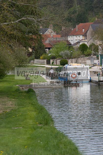 Europe/France/Bourgogne/89/Yonne/Env de Chatel-Censoir: Navigation fluviale sur le Canal du Nivernais dans la vallée de l'Yonne