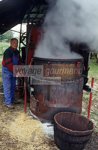 Europe/France/Midi-Pyrénées/46/Lot/Vallée du Lot/Env Cahors : Bouilleurs de cru [Non destiné à un usage publicitaire - Not intended for an advertising use]<br /> PHOTO D'ARCHIVES // ARCHIVAL IMAGES<br /> FRANCE 1990