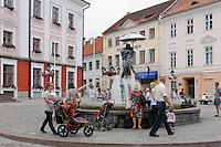 Rathausplatz in Tartu, Estland, Europa