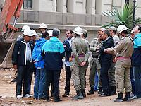 RIO DE JANEIRO, RJ, 28 DE JANEIRO 2012 - DESABAMENTO PREDIO - Prefeito Eduardo Paes companha os bombeiros realizam a finalizacao da remocao dos entulhos do desabamento dos predios no final de tarde desse sabado para liberacao do espaco na segunda-feira 30 na regiao central do Rio de Janeiro. FOTO: RONALDO BRANDAO - NEWS FREE.
