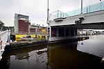 ALPHEN A/D RIJN - In Alphen a/d Rijn is de ravage zichtbaar nadat bouwcombinatie Mammoet(op het land) en Hebo Maritiemservice(op het water) de van het ponton geschoven mobiele kranen en de nieuwe stalen val (brugdek)van de Koningin Julianabrug verwijderd heeft van de wal. Bij het transport van de nieuwe klap voor de brug door Mourik Groot-Ammers, BSB Staalbouw en kraanbedrijf Peinemann vielen 2 mobiele kranen en hun last, de brugklep, om en gleden ze vanaf het drijvend ponton boven op de gebouwen op de kant. COPYRIGHT TON BORSBOOM