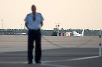 Ein Polizist steht am Dienstag (18.06.13) am Flughafen Tegel in Berlin auf dem Rollfeld, waehrend der Ankunft des Flugzeuges des US-amerikanischen Praesidenten Barack Obama. <br /> Foto: Axel Schmidt/CommonLens