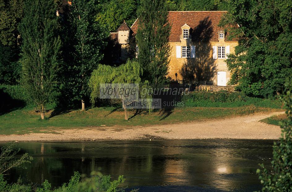 Europe/France/Aquitaine/24/Dordogne/Vallée de la Dordogne/Périgord/Périgord Noir/Castelnaud-La-Chapelle: Maisons sur les bords de la Dordogne