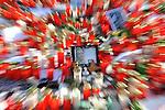 m heutigen Sonntag (15.11.2009) nahmen die Fans und Freunde des am 10.11.2009 verstorbenen Nationaltorwartes Robert Enke ( Hannover 96 ) Abschied. In der groessten Trauerfeier nach Adenauer kamen rund 100.000 Tr&scaron;uergaeste zur AWD Arena. Zu den VIP z&scaron;hlten u.a. Altkanzler Gerhard Schroeder, Bundestrainer Joachim Loew und die aktuelle DFB Nationalmannschaft, sowie Vertreter der einzelnen Bundesligamannschaften und ehemalige Vereine, in denen er gespielt hat. Der Sarg wurde im Mittelkreis des Stadions aufgebahrt. Trauerreden hielten u.a. MIniterpr&scaron;sident Christian Wulff, DFB Pr&scaron;sident Theo Zwanziger , Han. Pr&scaron;sident Martin Kind <br /> <br /> <br /> Feature gezoomt<br /> Foto am Lichtermeer vor der AWD-Arena Trauernden mit Enke-Foto<br />  <br /> Foto: &copy; nph ( nordphoto )  <br /> <br />  *** Local Caption *** Fotos sind ohne vorherigen schriftliche Zustimmung ausschliesslich fŁr redaktionelle Publikationszwecke zu verwenden.<br /> Auf Anfrage in hoeherer Qualitaet/Aufloesung