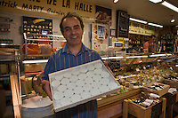 Europe/France/Midi-Pyrénées/46/Lot/Cahors: PatricK Marty fromager aux halles du marché-central et ses rocamadours [Non destiné à un usage publicitaire - Not intended for an advertising use]