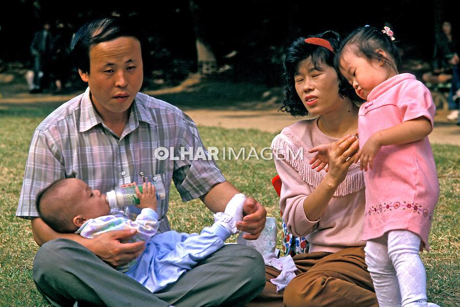 Família na praça em Seul, Coréia do Sul. 1999. Foto de Ricardo Azoury.