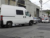 ATENÇÃO EDITOR: FOTO EMBARGADA PARA VEÍCULOS INTERNACIONAIS. - SÃO PAULO - SP -   11 DE DEZEMBRO 2012. TRANSITO BRIGA MORTE -  Washigton Luiz de Souza de 29 anos  e assassinado ao se envolver em uma briga de transito na Rua Belizario de Souza, 77 no bairro Catumbi - zona leste de Sao Paulo, nesta terca-feira, 11. A Policia Militar aguarda a pericia no local e nao passou mais informacoes..FOTO: MAURICIO CAMARGO / BRAZIL PHOTO PRESS..