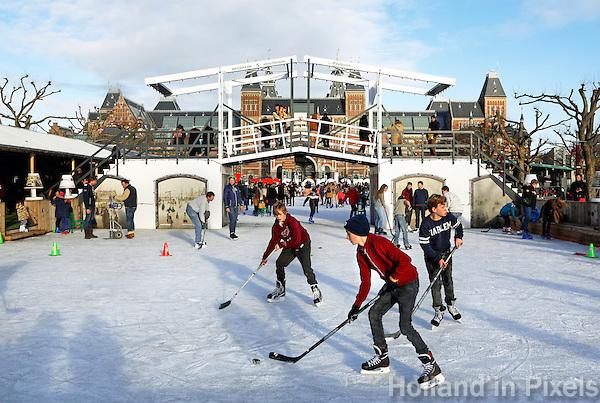 Amsterdam- IJshockey op de ijsbaan op het Museumplein. Replica van de Magere Brug
