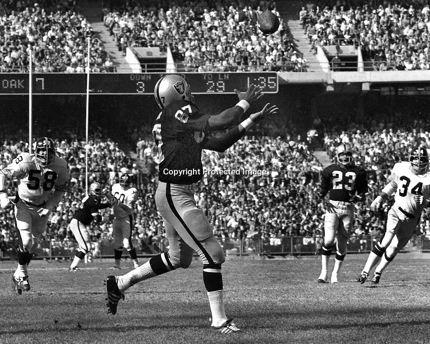 Oakland Raider Raymond Chester gathers in TD pass<br />