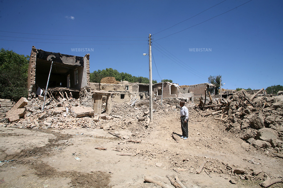 Iran. Varzaqan. 27 August 2012: Earthquake in the city of Varzaqan in northwestern Iran. A 6.2-magnitude earthquake hit the towns of Ahar, Haris and Varzaqan in East Azerbaijan province in northwestern Iran on Saturday 11th August 2012...Iran. Varzaqan. 27 Aout 2012: Tremblement de terre dans la ville de Varzaqan, au Nord Ouest de l'Iran. Le 11 Aout 2012, un séisme d'une magnitude de 6.2 sur l'échelle de Richter a frappé le Nord Ouest de l'Iran. Il a touché les villes d'Ahar, Haris et Varzaqan à l'Est de l'Azerbaijan.