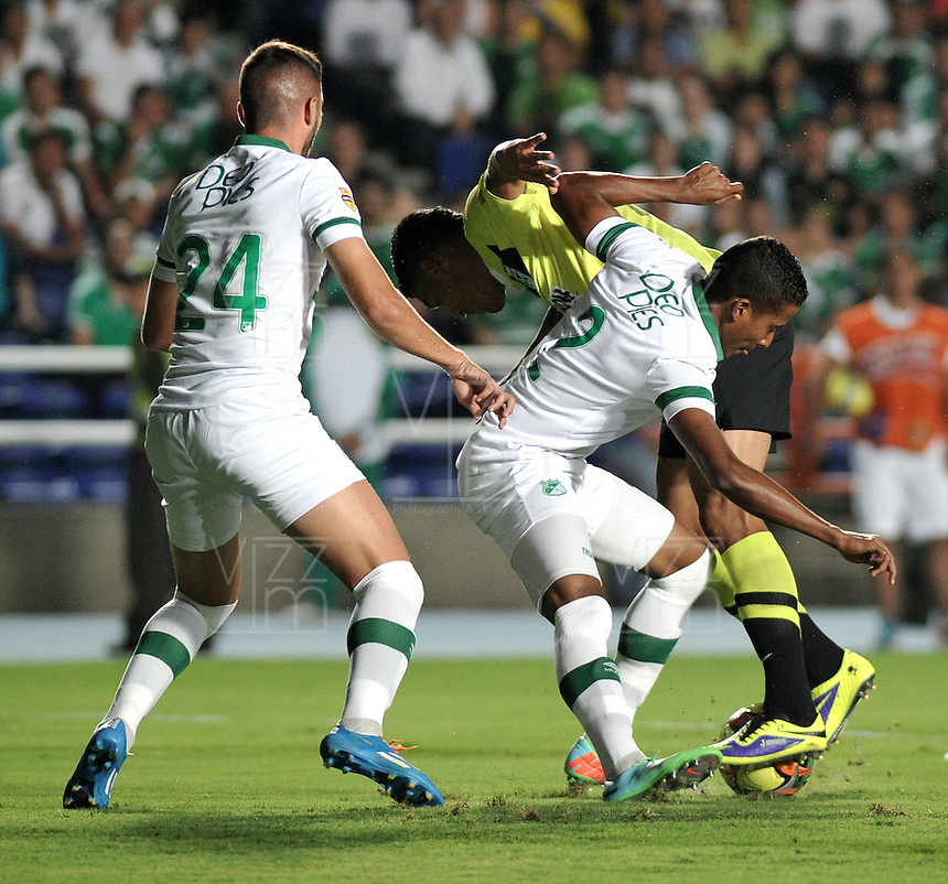 CALI- COLOMBIA -22 -01-2014: Fainer Torijano (Cent.) y Luis Calderon (Izq.) jugadores de Deportivo Cali disputan el balón con Jeferson Duque (Der.) jugador del Atletico Nacional en durante partido de ida por la Super Liga 2014, jugado en el estadio Pascual Guerrero de la ciudad de Cali. / Fainer Torijano (C) and Luis Calderon (L) players of Deportivo Cali vies for the ball with Sherman Cardenas (L) player of Atletico Nacional during a match for the first leg of the Super Liga 2014 at the Pascual Guerrero Stadium in Cali city. Photo: VizzorImage  / Luis Ramirez / Staff.
