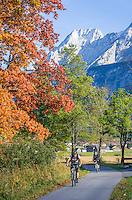 Austria, Tyrol, near Lermoos: Cycling tour in autumn, Mieminger mountains at background | Oesterreich, Tirol, bei Lermoos: Radtour im Herbst vorm Mieminger Gebirge