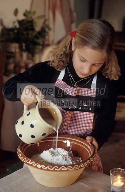 Europe/France/Alsace/68/Haut-Rhin/Ungersheim: Ecomusée d'Alsace - Enfant préparant des gateaux pour Noël (AUTORISATION N°246)