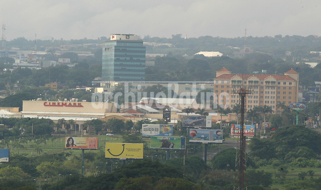 Vista de Managua desde el cerro Tiscapa:  centro comercial Metrocentro, el hotel Princess y el centro fianciero BAC. *View of Managua from Tiscapa hill: Metrocentro mall, Princess hotel and BAC Financial Center