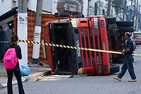 SÃO PAULO (SP) 18.10.2019 - TRANSITO-SP - Uma carreta que transportava containers tombou  na Avenida Presidente Wilson, proximo a estação de metro Tamanduatei em Vila Carioca regiao sul de Sao Paulo nesta sexta-feira, 18.Niguem ficou ferido. (Foto: Amauri Nehn/ Brazil Photo Press)
