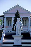 """Iles Bahamas / New Providence et Paradise Island / Nassau: Statue de Christophe Colomb datée de 1830 et Palais du Gouvernement """"Governement House""""  // Bahamas / New Providence and Paradise Island / Nassau Islands: Columbus Statue dated 1830 and Government House Government Palace"""