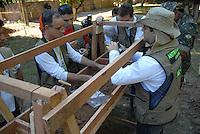 GUerrilha do Araguaia.<br /> Peritos iniciam as pesquisas em área conhecida na época da guerrilha como casa azul onde teriam sido enterrados alguns corpos , hoje funciona o DNIT - Departamento Nacional de Trânsito<br /> Após quase 40 anos o ministério da defesa com o exército acompanhados com técnicos forenses, polícia federal e parentes de desaparecidos durante a guerrilha do Araguaia fazem uma série de 5 encontros na região do conflito para tentar localizar corpos de desaparecidos. Entre os dez locais selecionados pelo exército, que serão pesquisados no decorrer deste ano os peritos verificam área conhecida na região como casa azul.<br /> 15/08/2009<br /> Foto Paulo Santos<br /> Marabá, Pará, Brasil