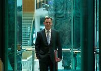 Berlin, Thomas Oppermann, erster Parlamentarischer Gesch&auml;ftsf&uuml;hrer der SPD-Bundestagsfraktion steht am Sonntag (15.12.13) im Willy-Brandt-Haus vor der Sitzung des SPD-Parteivorstands in einem Fahrstuhl.<br /> Foto: Steffi Loos/CommonLens