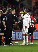 Pictured L-R: Swansea manager Garry Monk gives some final instructions to his captain Ashley Williams after Jonjo Shelvey's goal Sunday 01 February 2015<br />
