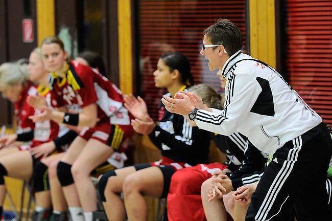 BENSHEIM, DEUTSCHLAND - MAERZ 15: 2. Spieltag in der Abstiegsrunde der Handball Bundesliga Frauen (HBF) in der Saison 2013/2014 zwischen dem Tabellenletzten HSG Bensheim/Auerbach (rot) und dem Tabellenersten der Abstiegsrunde, der HSG Blomberg-Lippe (blau) am 15. Maerz 2014 in der Weststadthalle Bensheim, Deutschland. Endstand 29:32. (16:15)<br /> (Photo by Dirk Markgraf/www.265-images.com) *** Local caption *** Trainerin Claudia Richter von der HSG Bensheim/Auerbach