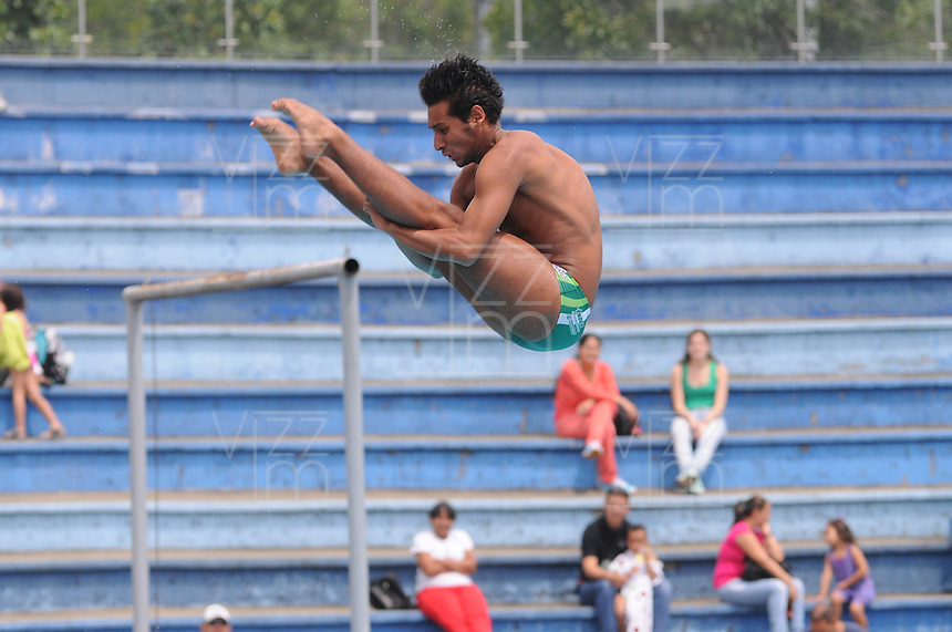 MEDELLÍN -COLOMBIA-15-06-2013. Osler Gil en el salto de 3m durante el campeonato Nacional Interligas de Clavados Medellín./ Osler Gil at 3m jump during National Interleague Diving Championship in Medellin.  Photo:VizzorImage/Luis Ríos/STR